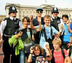 Balade en ville avec l'accompagnateur (lunettes vertes) et les Bobbies- Fun in London